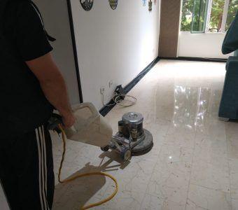 puliendo piso de marmol